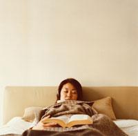 ベッドで昼寝をする日本人女性と本 02275000168| 写真素材・ストックフォト・画像・イラスト素材|アマナイメージズ
