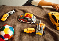 複数のオモチャの車と手