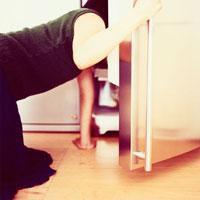 冷蔵庫を覗く日本人女性の後姿