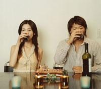 ワインを飲む日本人カップルとクリスマスケーキ 02275000253| 写真素材・ストックフォト・画像・イラスト素材|アマナイメージズ