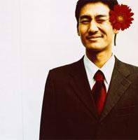 1輪のガーベラと日本人ビジネスマン