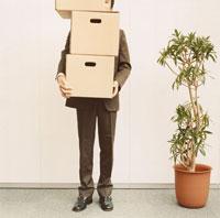 ダンボールを抱えた日本人ビジネスマンと観葉植物 02275000287  写真素材・ストックフォト・画像・イラスト素材 アマナイメージズ