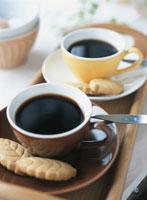 クッキーを添えた2客のコーヒーカップ