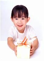 プレゼントを差し出す日本人少女