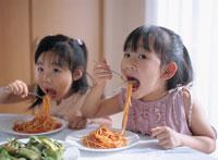 パスタを食べる女の子達