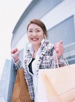 ショッピングバックを持つ女性 02284000328| 写真素材・ストックフォト・画像・イラスト素材|アマナイメージズ