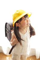 黄色い帽子とランドセルの女の子