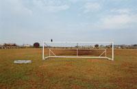 サッカーゴールと一匹のカラス 02285000341| 写真素材・ストックフォト・画像・イラスト素材|アマナイメージズ