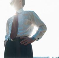 腰に手を当てた中高年の日本人ビジネスマン 02286000004| 写真素材・ストックフォト・画像・イラスト素材|アマナイメージズ