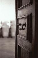 開いたドアのノブ B/W イタリア