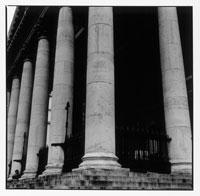 建物の円柱の柱 B/W ロンドン イギリス
