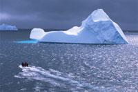 ミケルセンハーバーの氷山とボート 夏 南極半島