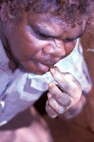 ハニーアントを食べる原住民