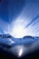 夏の氷山と逆光 南極