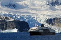 氷山と観光船