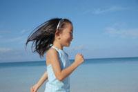 ビーチを走る女の子の横顔 02298000508| 写真素材・ストックフォト・画像・イラスト素材|アマナイメージズ