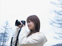 カメラを構える日本人女性