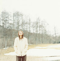 雪に立つ日本人女性と木々