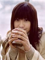 飲み物を飲む日本人女性 02299000057| 写真素材・ストックフォト・画像・イラスト素材|アマナイメージズ