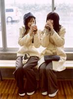飲み物を飲む2人の日本人女性