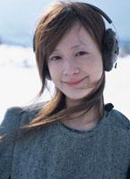 耳覆いをする日本人女性