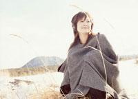 耳覆いをしたコートの日本人女性