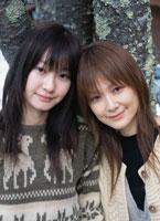 寄り添う2人の日本人女性