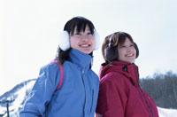 耳覆いをした2人の日本人女性