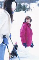 ゲレンデで笑う2人の日本人女性