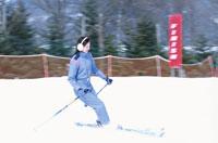 雪を滑る日本人女性
