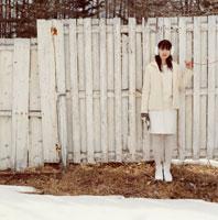 赤い糸を持つ日本人女性と白い塀
