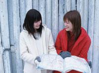 地図を広げる2人の日本人女性