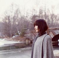 コートを着た日本人女性の横顔