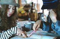 地図を指さす2人の日本人女性