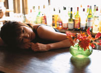 バーでうつ伏せの日本人女性