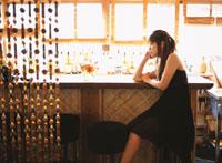バーで頬杖をつく日本人女性