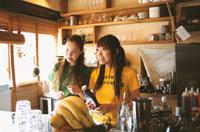 カウンターの2人の日本人女性と果物