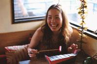 笑う日本人女性と楽器と植物