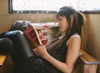 椅子で本を読む日本人女性
