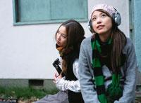 楽器を弾く2人の日本人女性
