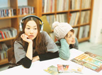 2人の日本人女性とCDとレコード
