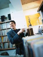 CDを指さす日本人男性 02299000408| 写真素材・ストックフォト・画像・イラスト素材|アマナイメージズ