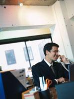 電話で話す日本人ビジネスマン