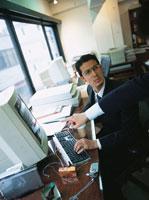 コンピューターに向かう日本人ビジネスマン