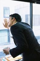 コーヒーカップを持つ日本人ビジネスマンの後姿 02299000422| 写真素材・ストックフォト・画像・イラスト素材|アマナイメージズ