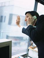 携帯電話で話す日本人ビジネスマン 02299000423| 写真素材・ストックフォト・画像・イラスト素材|アマナイメージズ