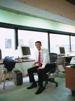 日本人ビジネスマンと机のコンピューター