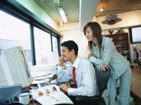 オフィスの日本人ビジネスマン&ウーマン