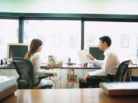 話す日本人ビジネスマン&ウーマン