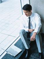コンピューターと日本人ビジネスマン 02299000434| 写真素材・ストックフォト・画像・イラスト素材|アマナイメージズ